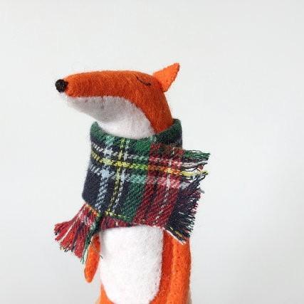 Handgemachter Fuchs mit Schal